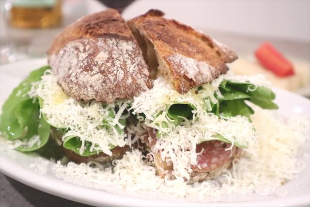 サンドイッチ サラミとルッコラ、パルミジャーノチーズ