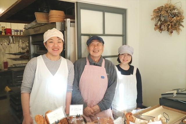 左から本行多恵子さん、父の輝雄さん、鈴木克子さん
