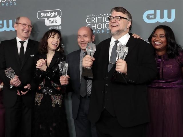 ギレルモ・デル・トロ監督(右から2人目)の「シェイプ・オブ・ウォーター」が最多13部門ノミネート。批評家協会賞の中で最も大規模なクリティクス・チョイス・アワードや全米製作者賞も受賞している <small>/Reuters</small>