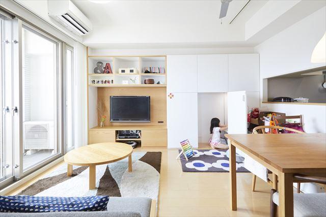 リビングにつくった壁一面の造作棚。一部は娘のデンスペースにして、小さな勉強机を設けた