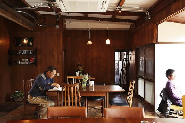 喫茶スペースはかつて居間だった場所