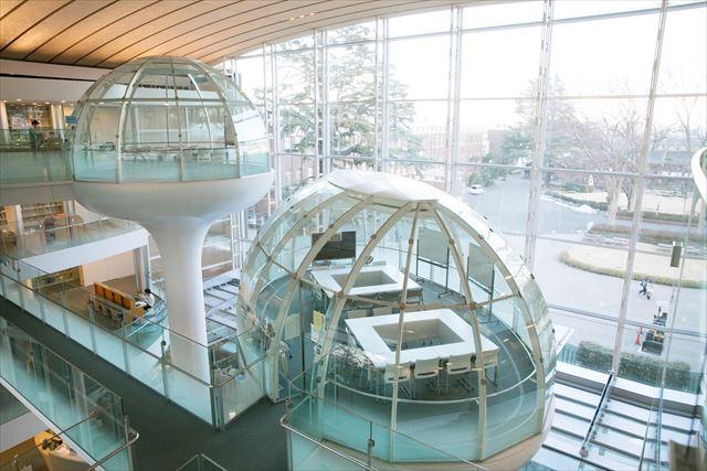 建築家・坂茂さん設計による成蹊大学情報図書館。近未来的な空間が広がる