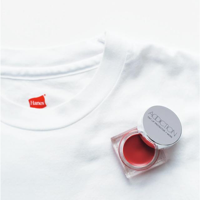 私の定番であるカジュアルな白Tシャツには、アディクションのティント リッププロテクター+モアのドアオープンというシアーな赤リップがよく似合う