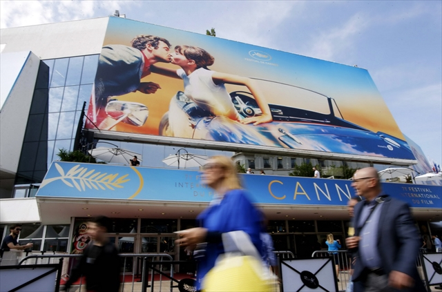 カンヌ国際映画祭のメイン会場「パレ・デ・フェスティバル・エ・デ・コングレ」。今年の公式ポスターは「気狂いピエロ」のワンシーン /Reuters