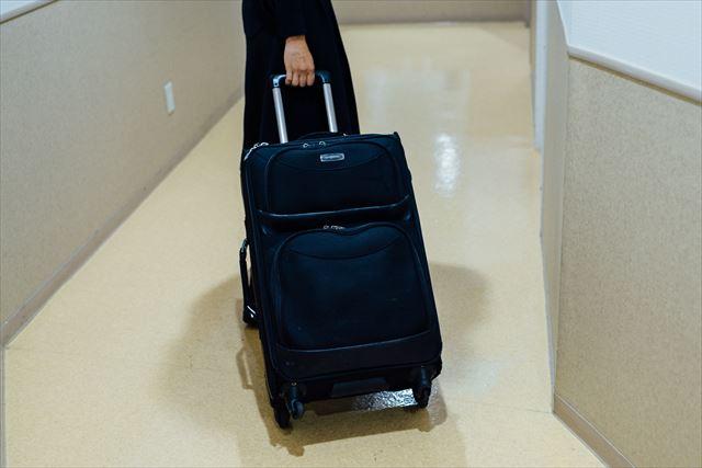 化粧品類やドライヤー、ヘアセット道具一式など、仕事道具はかなり多い。「だいたい一泊旅行くらいの荷物でしょうか。スーツケースを大きくすると無限に持っていきたくなるので、これに入るだけと決めています」