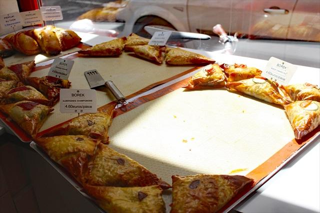 パタフィロという極薄の生地で詰め物をしたお惣菜。奥にピロシキが見える