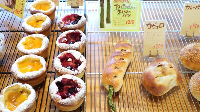 とろけるマンゴーカスタードブリオッシュ、ベリーベリーカスタードブリオッシュ、アスパラガスと生ハムのパン、カヴォロ