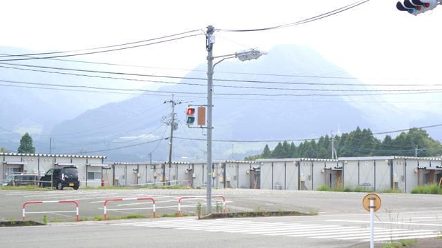 まだ残る仮設住宅。背後は阿蘇の山なみ