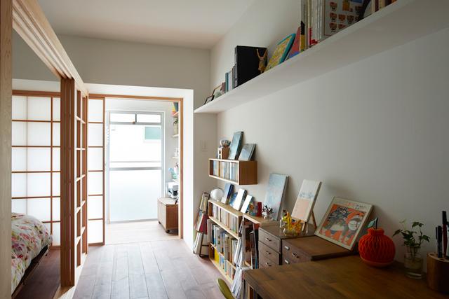 廊下から縁側を見る。左手はベッドスペース、右手の本棚はMUJIのものをDIYで設置