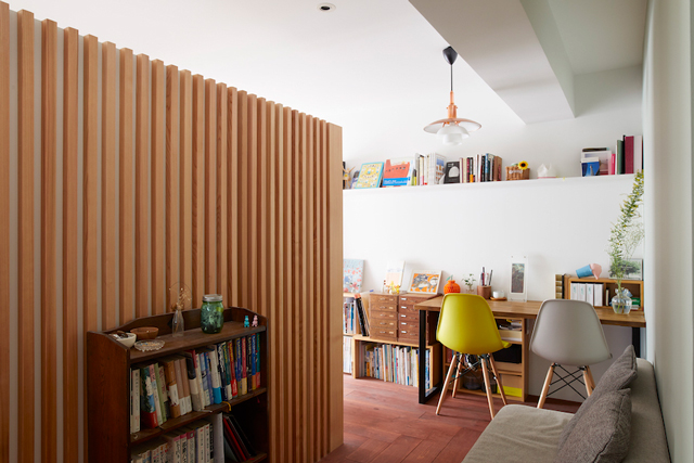 ソファやデスクが置かれた広い廊下は、部屋のように使える