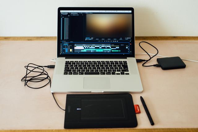 ◎仕事の必需品 「映像編集用のソフトが入ったパソコンがあれば自宅でも作業ができるのでとても便利。ペンタブは細かい作業もストレスなくできるので、必須アイテムです」