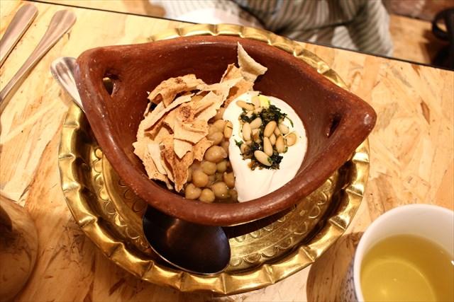 ひよこ豆の前菜。松の実の下にあるのはヨーグルト