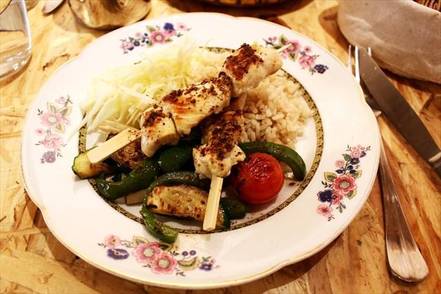メインの鶏肉の串焼き。お米つき