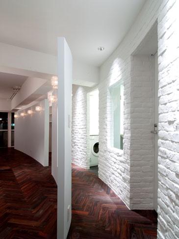 壁の曲線を生かすために床はヘリンボーンに