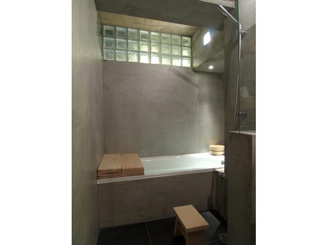 お風呂の壁は土間と同じモルタルを使った。ガラスブロックで採光