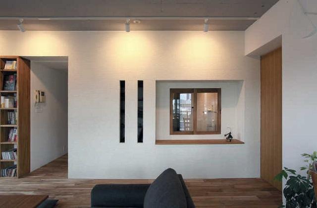 小窓つきのバスルーム。縦にスリットの入った壁の向こうには茶室風書斎が