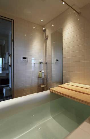 シンプルなバスルーム。この浴槽につかりながら夜景が見える