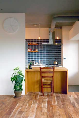 青い壁面タイルが印象的なキッチン