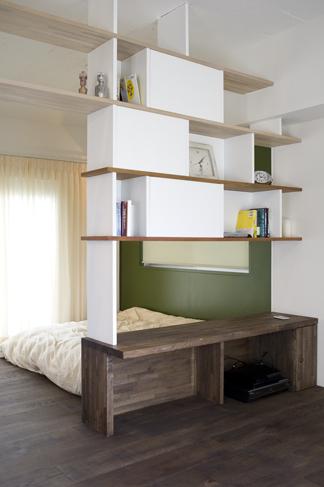ベッドルームとリビングを分ける本棚。両面使いができる