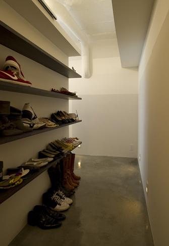 玄関から続く土間スペースには、靴を収納する棚を造作した