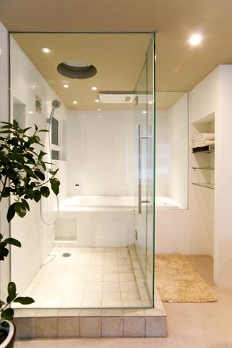 バスルームもガラス張り。手前が洗い場で奥がバスタブ
