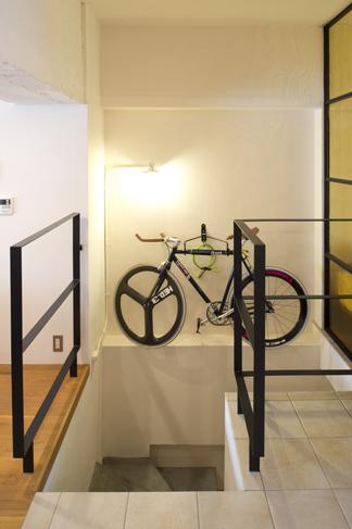 玄関から階段を上がって部屋に入る。自転車を2台かけている