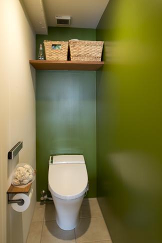トイレは鮮やかな緑で、清潔感を