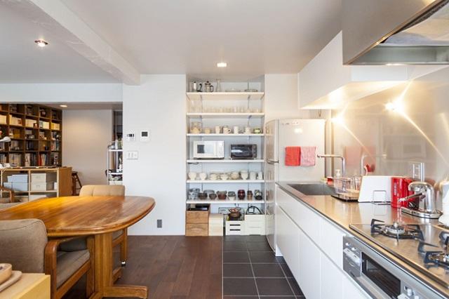 広々として明るいキッチン。床にはタイルを貼った