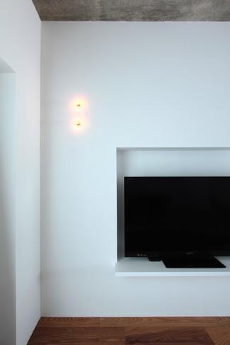 縦二つに並んだ照明が部屋のアクセントになっている