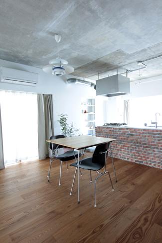 フローリングは粗っぽく仕上げた。家具が映えるシンプルな空間だ