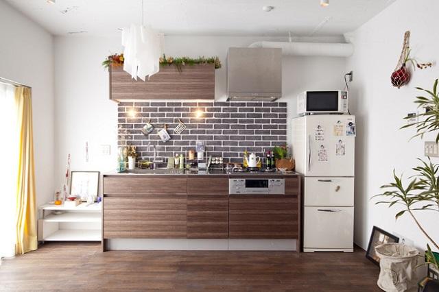 煉瓦を貼って、暖かみのあるキッチンに