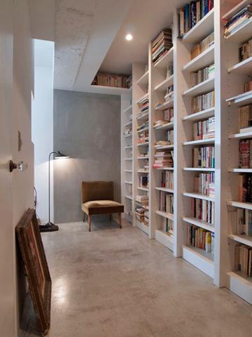 玄関に入ると壁一面に本棚が出現する。扉を閉めれば書斎に