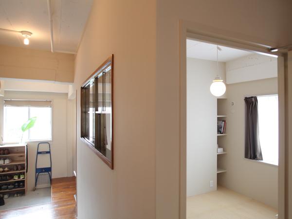 右側の部屋が寝室で、左奥が玄関。寝室の廊下側に窓を付け開放的に