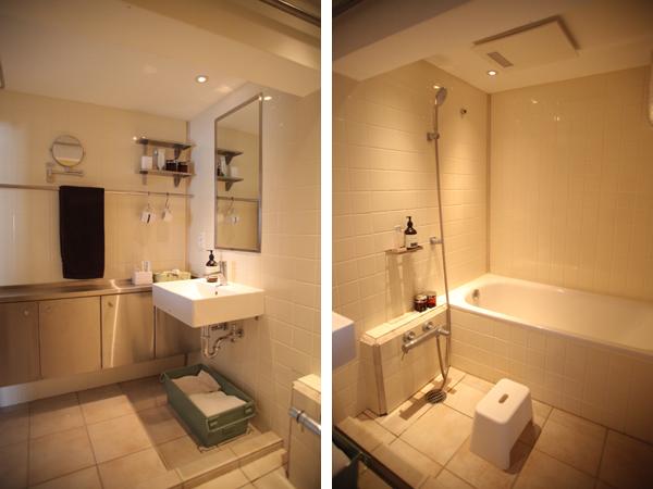 浴室と洗面所のタイルは温かみのあるベージュに。棚はステンレス
