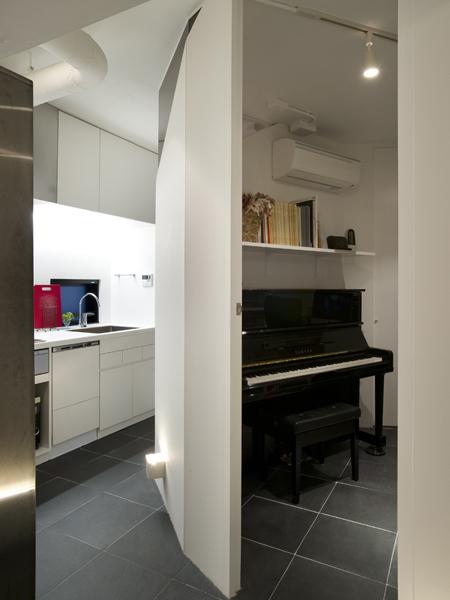 奥様の部屋と廊下、キッチンの床はブラックスレートを使用