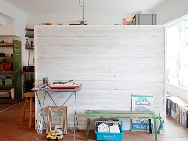 パーテーションは古材を白く塗りラフな感じを出した。ワークスペースの本棚にもなっている