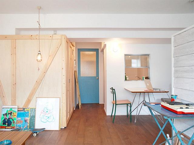 コンテナはウォークインクローゼット。玄関へ続くドアはブルーに塗った