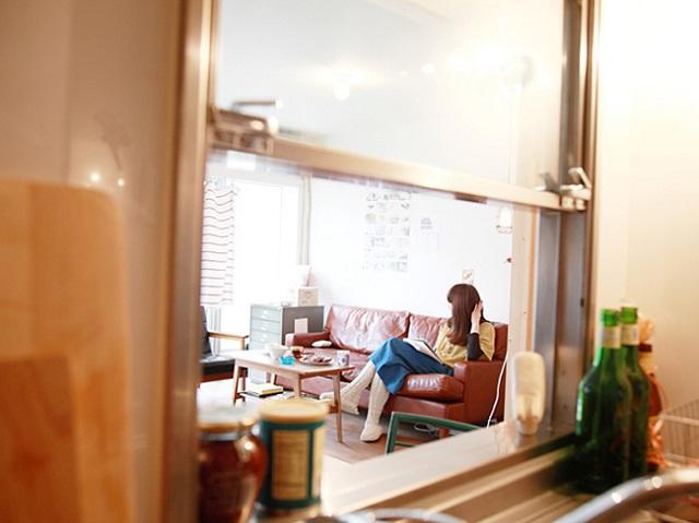 キッチンに窓を作り、リビングにいる人と会話ができるように