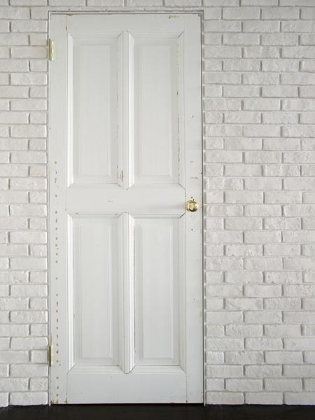 味のあるアンティークを採用した浴室のドア