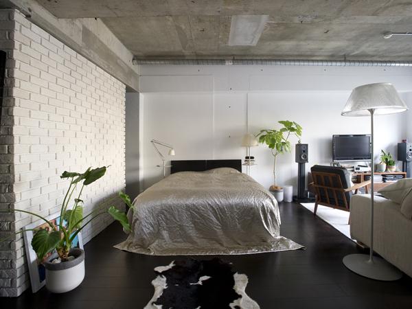 LDKとひとつになった寝室。床の色は椅子ソファ、照明、リネン類の白やシルバー系に合わせた