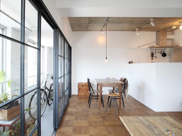 暖かみのある木製の家具を多用。キッチンは白い壁で囲みすっきりと