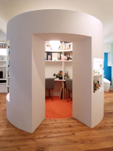存在感のある円形の書斎。大きなニッチは読書スペースに