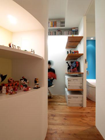 ニッチはギャラリースペースに。壁の上部には本を収納
