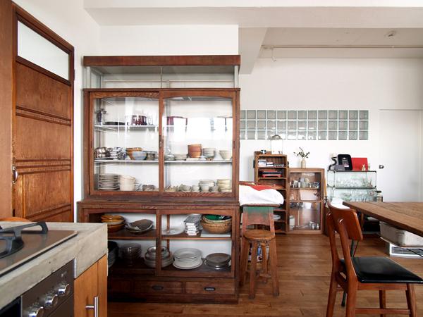 タバコ屋のショーケースを食器棚に。アンティーク家具がモダンな和空間をつくる
