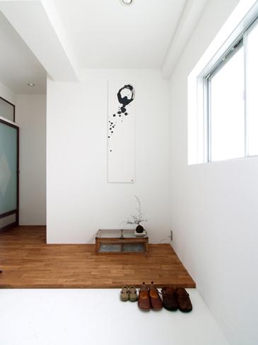 床の間のような玄関スペース。奥様の書がかかっている