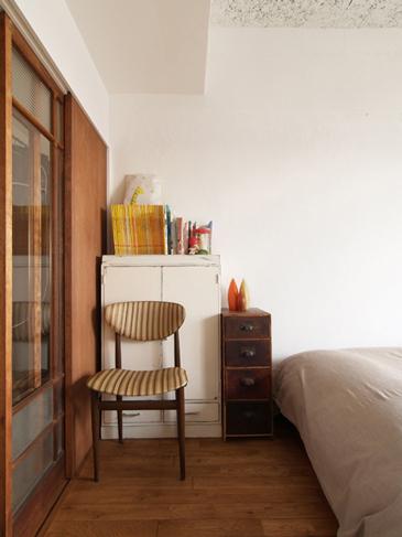 寝室とワーキングスペースを仕切るのもアンティークのガラス戸