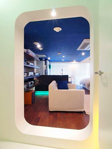 潜水艦に入り込むような遊び心のある入り口。天井は海をイメージした青にペイント