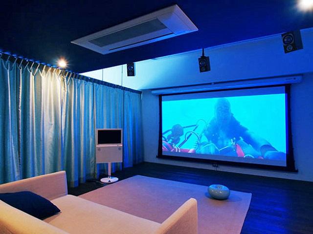 カーテンレールでシアター空間とベッドルームやダイニングの生活空間を仕切った。主役のスクリーンは120インチ