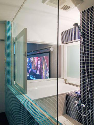 バスルームの窓を開けると、お風呂に浸かりながら映画鑑賞もできる