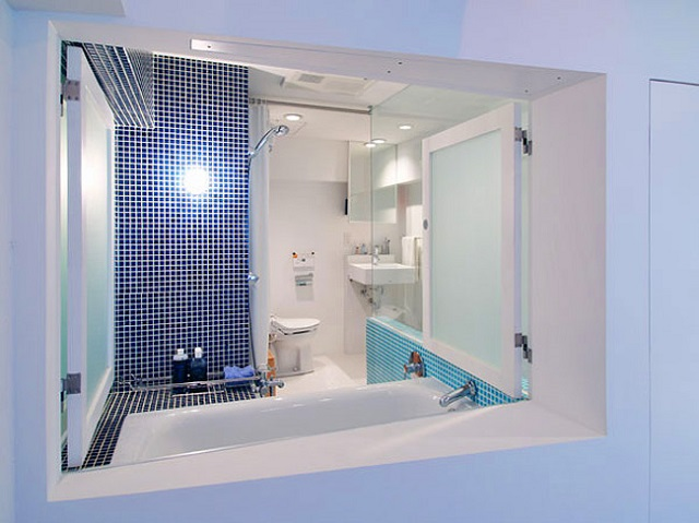 「水」をイメージし、青のグラデーションのタイルで仕上げたバスルーム